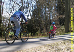 Sportliche Betätigung, zum Beispiel ein Familienausflug mit dem  Velo ist gut für den Blutdruck