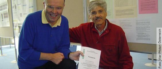 Verleihung des Posterpreises LINZ 2004 anlässlich des MEGAT-Kongresses an der Uni in Linz an Prof. Dr. Lindl (links) und Manfred Völkel für ihre Evaluierungsstudie