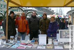 «Verdammte Forschung?» (Forschung für Leben) - ... und auf dem Weihnachtsmarkt haben wir an einem Infostand die Passanten informiert