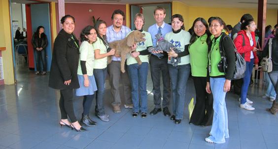 Dr. Andrew Knight, Prof. Dr. M. Jara, Mitglieder der Tierschutzorganisation APEBA Tacna und UPA